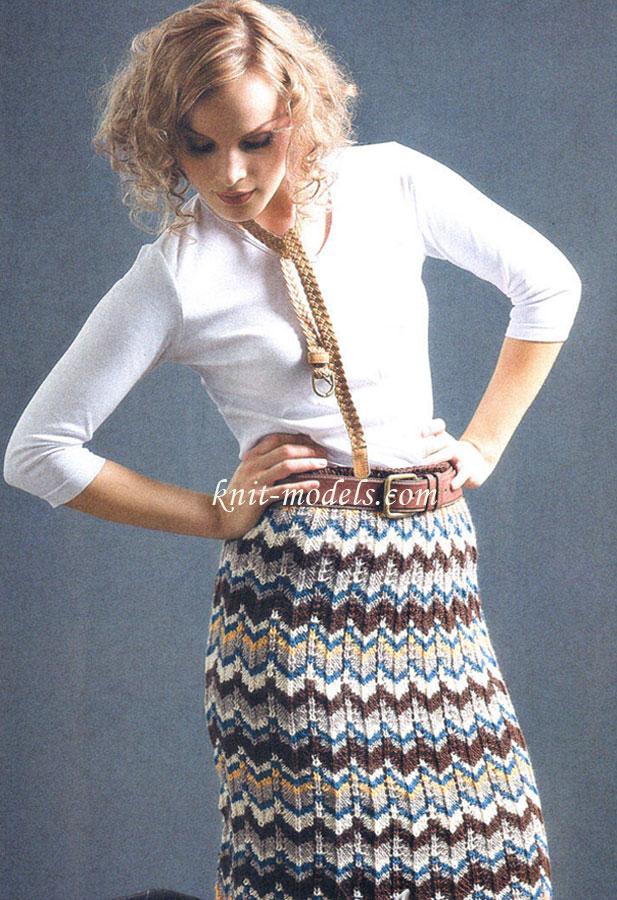 Короткая юбка связана спицами.