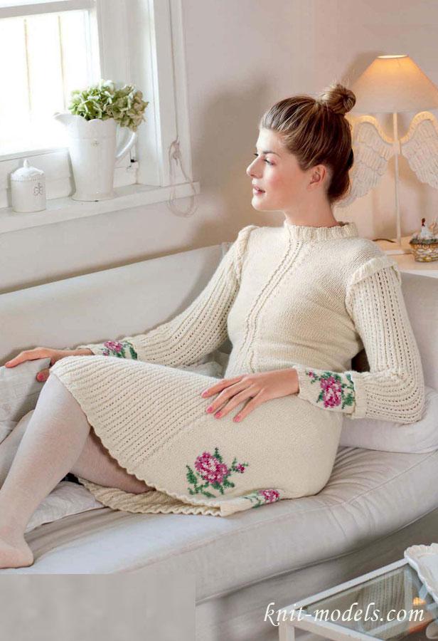 Вязаное платье с вышивкой