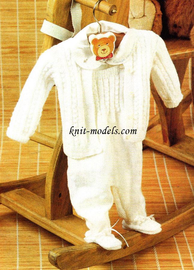 Белый костюмчик для новорожденных связан спицами