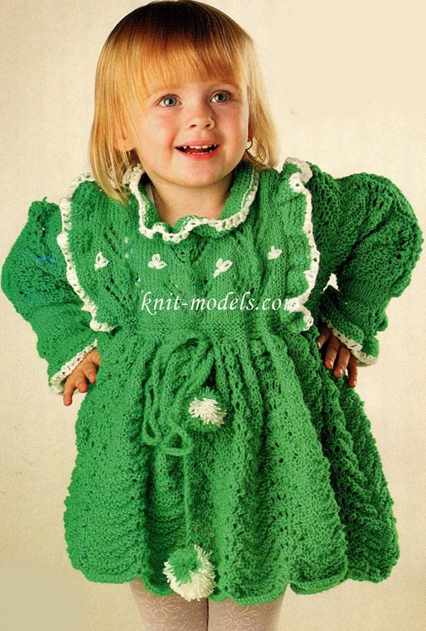 Синее вязаное платье спицами для девочки